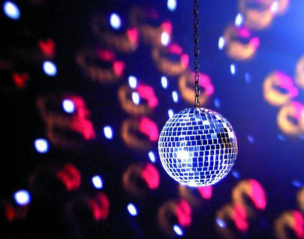 EUROLITE 10cm Peilipallo, eli discopallo, korkealaatuinen. Sopii koti- ja ammattikäyttöön. Ilman pyöritysmoottoria, jonka voi hankkia erikseen, katso yhteensopivat tuotteet.