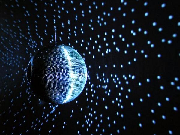 EUROLITE 50cm Peilipallo, eli discopallo, korkealaatuinen. Sopii koti- ja ammattikäyttöön. Ilman pyöritysmoottoria, jonka voi hankkia erikseen, katso yhteensopivat tuotteet.