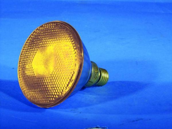 OMNILUX PAR-38 E-27 polttimo 80W/230V keltainen 30° Flood yellow. Lampun käyttöikä arvio 2000h, skä valoteho 680 lumenia.Par 38 soveltuu kaikkiiin E-27 kantaisiin heittimiin, minne mahtuu sisään.