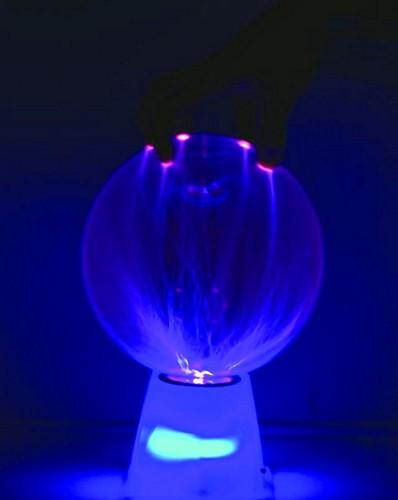 EUROLITE Plasmapallo 15cm Sound CLASSIC! Plasmasäteet liikkuvat musiikin tahtiin tai kosketuksesta. Erittäin hauska lahjaidea, musiikin mukaan liikkuvat siniset plasmasäteet pallon sisällä muodostavat upeita säde kombinaatioita, jotka muuttuvat kun palloa koskettaa. Pallon mukana tulee virtalähde, eli vain mötikkä seinään ja pallo on käyttökunnossa. Virran kulutus vain 16W, joten tämä pallo on