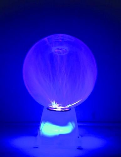 EUROLITE 20cm Plasmapallo CLASSIC, jonka plasmasäteet liikkuvat ääniohjauksella tai kosketuksesta. Musiikin mukaan liikkuvat siniset plasmasäteet pallon sisällä muodostavat upeita kombinaatioita, samoin kuin palloa koskettaessa. Plasmapallo soveltuu kotiin, baariin, bileisiin ja ihan minne vaan missä on hämärää. Pallon mukana tulee virtalähde, eli vain sähköpistoke seinään ja pallo on käyttökunnossa. Virrankulutus vain 4W, eli vihreällä linjalla mennään. Mitat 200 x 200 x 290mm ja paino 0,9kg