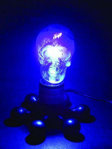 OMNILUX Skull lamp UV 230V/75W E27 mustavalolamppu, suoraan hehkulampun tilalle! UV valoa antava pääkallon muotoinen polttimo. Hieno sisustuselementti!