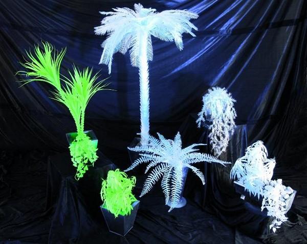 EUROPALMS 180cm Jukkapalmu 4-runkoinen, valkoinen, hohtaa ultraviolettivalossa (mustavalossa). Perinteinen UV-aktiivinen tilakoriste. High Tech decoon.