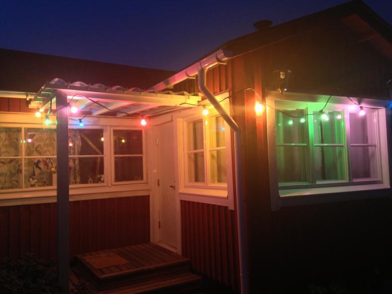 EUROLITE BL-10 E-27 IP44 Tivolivaloketju värillisillä lampuilla perinteiseen juhlavalaistukseen, 10m, kytkentä kaapeli 1,5m, lamppujen väli 85cm. kaapelin väri vihreä, mukana 10kpl lamppua, lamppujen värit sininen, punainen, vihreä ja keltainen, voidaan käyttää LED- tai energiansäästölamppuja E-27 kannalla