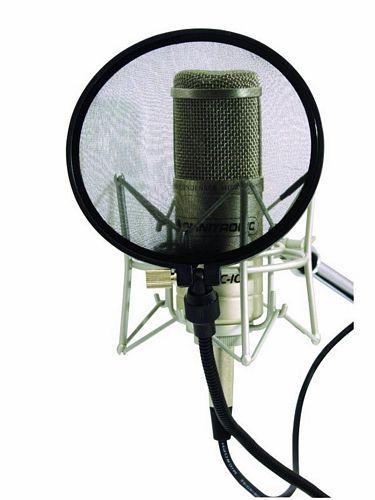 OMNITRONIC Studiomikrofonin Pop-filtteri. Tietyt konsonanttiäänteet synnyttävät terävän ja voimakkaan ilmavirtauksen, jonka mikrofoni muuntaa matalataajuiseksi jyrähdykseksi. Esimerkiksi p-konsonantti on tällainen niin sanottu plosiiviäänne. Voit kokeilla tätä laittamalla kämmenen suusi eteen, ja sanomalla terävästi ääntäen esimerkiksi