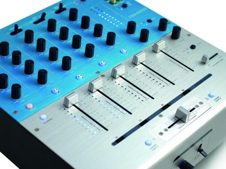 OMNITRONIC PM-4010 Pro DJ-Mixeri Huippulaatua. Neljäkanavainen DJ mikseri Loistavilla ominaisuuksilla. Omnitronic mikserissä on balansoidut XLR ulostulot, 10kpl line sisäänmenoja,  2kpl levysoitin sisäänmenoja. Mitat ovat kompaktit 320 x 320 x 110 mm sekä paino 5,4kg.