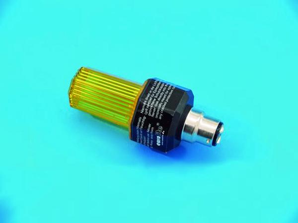 EUROLITE LED Strobe B-22 kannalla, väri keltainen. Strobo lamppu automaatti välkkymisellä. Ei voi säätää. Kestoikä 2000000 välähdystä. Mitat 117 x 51 mm sekä paino 0,1kg.