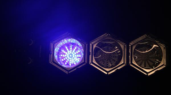 BEAMZ LED-3 on 3-kanavainen LED-valourku. Hauska valourku kotiin tai firman bileisiin, laite on helppo käyttöön ja portaattomalla musiikkiohjauksen säädöllä saat valot vilkkumaan musiikin tahtiin jokaisessa tilanteessa. Setti on kasattu moduuleista, joten lamput on helppoa irroittaa toisistaan ja suunnata sen jälkeen haluamaansa kohteisiin. Mitat 490 x 140 x 140mm ja paino 1.1kg.