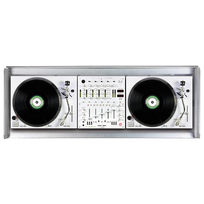 GLORIOUS Ohjaamopöytä 1250 x 500 x 1070mm, akryyli Cockpit deluxe XS acryl. Tämä upea DJ pöytä on maito valkoisen värinen ja suunniteltu tyylikkääksi kokonaisuudeksi sopimaan sisustukseen. Mitoitus on tehty 2kpl levysoittimelle sekä yhdellä 12,5 tuuman mikserille. Toimii myös loistavasti kahdelle tabletop CD soittimelle kuten CDJ-2000 sekä CDJ-900 ja DJM-850 sekä DJM-900. Voidaan sijoittaa sisään erikseen myytävä väriä vaihtava valaisin!