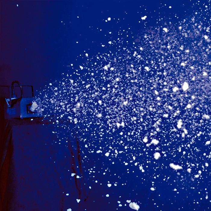 ADJ Snow Flurry lumikone. lisää lumineste ja koneesta tulee lumiefektiä! Tällä vehkellä saat upean lumisadetta muistuttavan efektit vain lisäämällä nestettä ja painamalla nappulaa. laitteen mitat 387x179x159mm ja paino 5.0kg. mukana näppärä timer- ajastin kaukoohjain, jolla voit valita intervallin.