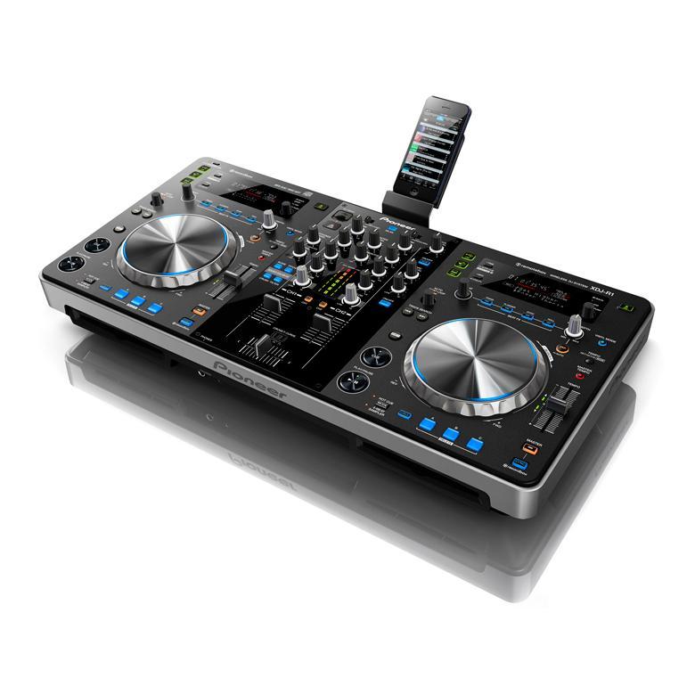 PIONEER XDJ-R1 DJ CD kontrolleri CD-soitin, langaton soitto padilta tai iphonelta. Ohjaa iPadin kautta. Käytä remotebox:ia ohjaimen ohjaamiseen. Voit selata rekordbox-laitteitasi, ladata raitoja, käyttää ja ohjata XDJ-R1 FX :ää ja sen parametreja, valvoa dekkejä, luuppeja ja cue-efektejä. Ole DJ kopin sisä- tai ulkopuolelta.<br /> Kahden soittimen yhdistetty rakenne, ylimpänä oleva mikseri ja tehokas suorituskyky tarkoittavat, että DJ:nä tarvitset vain tämän laitteen. Ensimmäisenä alallaan XDJ-R1:ää voi ohjata langattomasti iPadilta, iPhonelta tai iPod touchilta remotebox-sovellusta käyttämällä. DJ voi yhdistää XDJ-R1:n omaan WLAN-verkkoon ja käyttää kosketusnäyttöä musiikin selaamiseen, miksaamiseen ja raitojen sekoitukseen – kaikki tämä kopin ulkopuolelta.