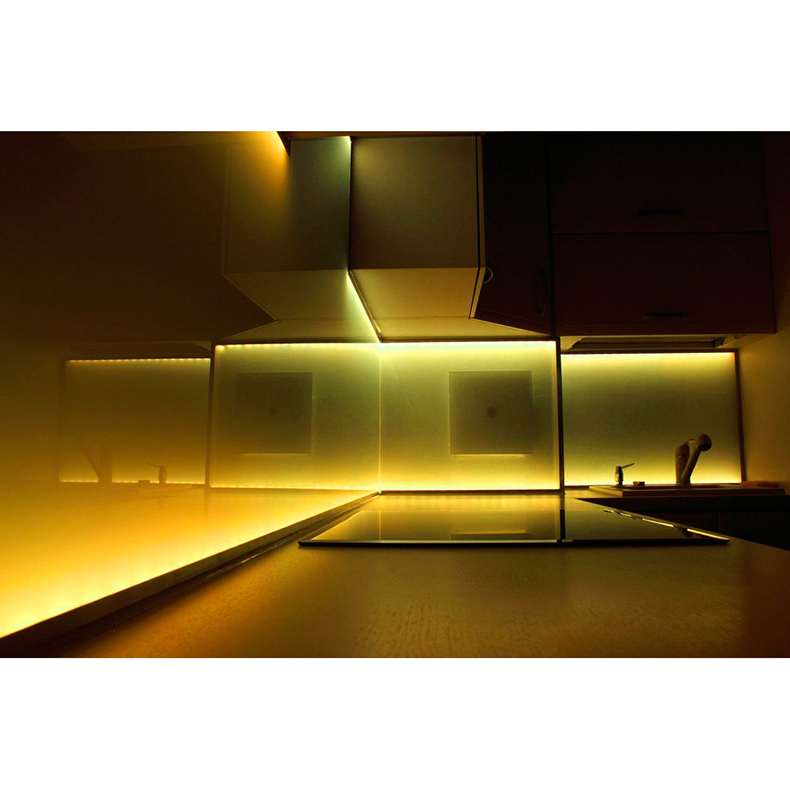 BEAMZ LED-valonauha 5m lämmin valkoinen 12V Sopii ulko- ja sisäkäyttöön. Täydellinen setti, eli kaikki tarvittava mukana, myös muuntaja. 60 LEDiä metrillä, voidaan katkaista 3 LEDin (5cm) välein.