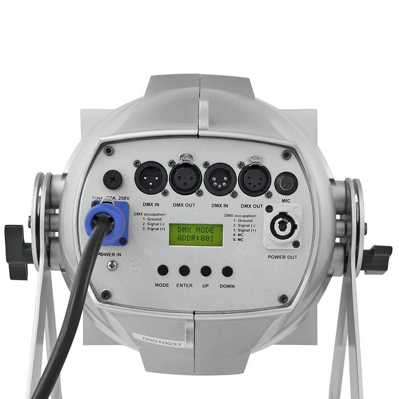 EUROLITE  Zeitgeist Spotti 210 on huippu tehokas PRO COB-spotti, 7x 30 W TCL LEDiä (tricolor LED) 15°/37°, LED-toimintonäyttö ohjauspaneelilla laitteen takana, RDM-tuki, staattiset värit, RGB-värisekoitukset, automaattinen värin vaihto, sisäänrakennetut valmiit ohjelmat, himmennin portaattomasti säädettävissä, strobe-efekti DMXn kautta, ääniohjauksen herkkyys säädettävissä, DMX-ohjaus tai stand-alone, master/slave, värifiltterikehys Fresnel-linssimoduli irrotettavissa, saatavissa erilliset läppärajaimet, väri hopea
