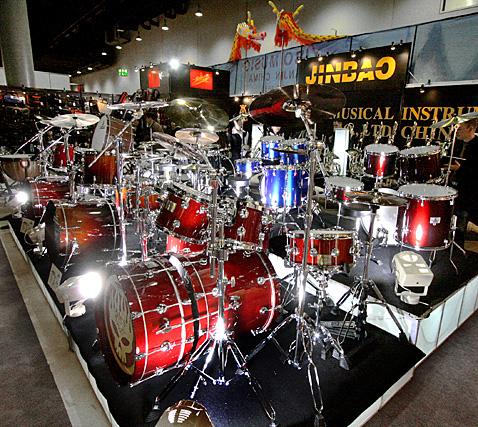 "JINBAO JBP590 Korkealaatuinen Rumpusetti 5-osainen, <b>Viininpunainen</b>, Rumpujakkara sekä Symbaalit Mukana, High-quality 5 Piece Drum Set Wine red, 20""x16"" BD, 16""x16"" FT, 14""x5,5"" SD, 13""x11"" TT, 12""x10"" TT + Cymbals + Hardware + Drum throne. Viileet hinnat"