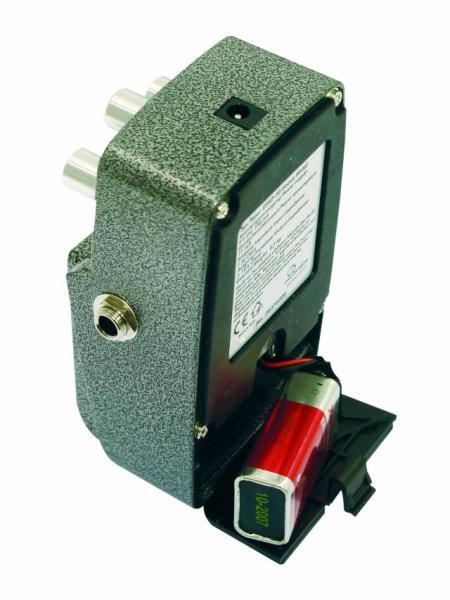 POISTO Dimavery EPFL-50 Efektipedaali Flanger voidaan manuaalisesti toteuttaa esimerkiksi siten, että pyöritetään kahta nauhaa samaan aikaan, joissa on täsmälleen sama sisältö. Toisen nauhan ääni täytyy laittaa tulemaan hieman ensimmäisen nauhan jäljessä. Sen jälkeen myöhemmin kuuluvan nauhan ääntä on muokattava, esimerkiksi koskettelemalla nauhaa jollain esineellä. Onnistuneena lopputulos kuulostaa usein suihkukoneen moottorilta.
