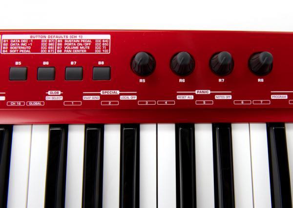 BEHRINGER UMX610 Kattava studio paketti, jossa mukana voimakkuusherkkä MIDI-keyboard sisäisellä audio-interfacella, 100 softainstrumenttia 50 VST-efekti -plug inniä, äänitysohjelma energyXT 2.5 sekä NI KorePlayer. Koskettimistossa on tulo ulkoiselle pedaalille sekä suuri määrä ohjelmoitavia säätimiä:8 kiertosäädintä, 10 nappulaa, 1 liuku sekä pitch- ja modulaatiopyörät. Toimii USB-virralla, kolmella AA-paristolla tai virtalähteellä (eimukana).• 61 kosketinta.