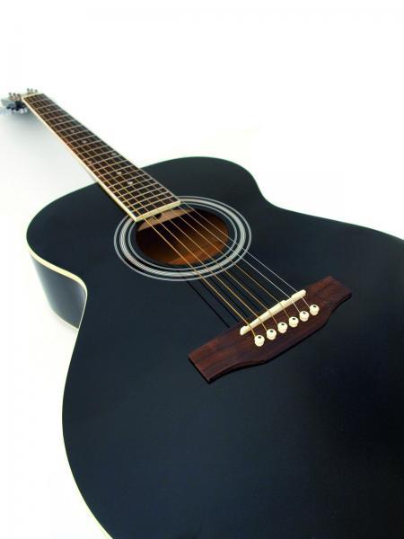 DIMAVERY AW-303 Akustinen kitara teräskielillä, musta 4/4, hinta-laatusuhde hyvä, soveltuu myös aloittelijalle tai jo jonkin verran kitaraa soittaneelle. Upea maalaus ja loistavasti lakattu pinta, vaikka seinälle katseenvangitsijaksi, mukana kuljetuspussi. Kaula vaahteraa, otelauta ruusupuuta, pituus 980mm.