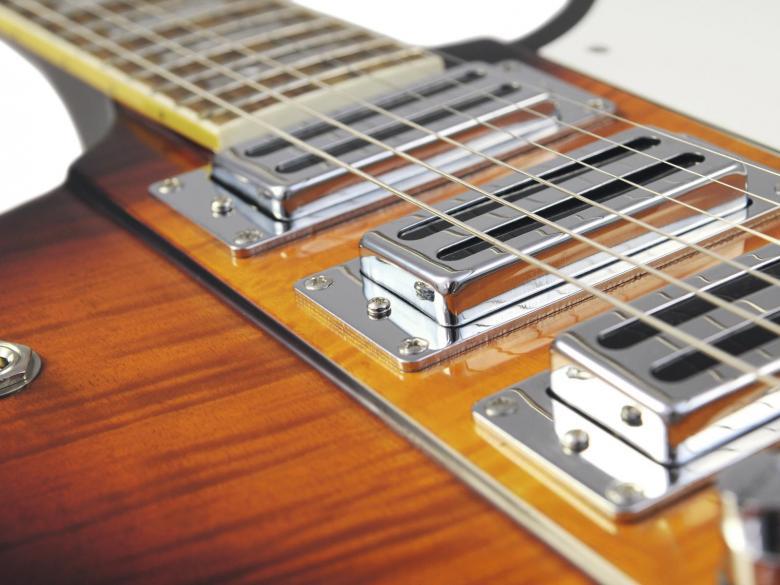 DIMAVERY FB-700 Sähkökitara, vintage sunburst, E-Guitar, sunburst. Todella tyylikäs ajattomalla muotoilulla varustettu vintage kitara. Runko mahonkia. Tyyli firebird.