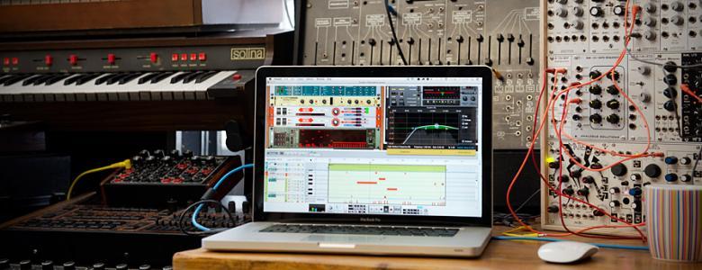 """PROPELLERHEAD Reason 8, Täydellinen audiosekvensseri/editori musiikkituotantoon, äänieditointiin, jälkituotantoon... Reasonin seiskaversio esittelee ulkoisten MIDI-laitteiden kontrolloinnin, sisäänrakennetun äänen viipaloinnin ReCycle-tyyliin, uudenlaisen miksauskanavien ryhmittelyn, sekä yhdistetyn spektrianalysaattorin ja EQ:n. Samplepankki on kasvanut entistä muhkeammaksi, ja piakkoin päivänvalon näkee myös huikea efekti """"Audiomatic Retro Transformer""""!"""
