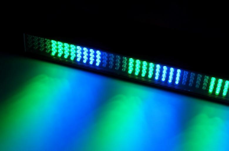 POISTO Beamz LCB-192 LED DMX LED-bar tanko Colorline 0,5m DMX 4-Channel. Tässä 4-kanavaisessa DMX LED tangossa on 192 värillistä LEDiä (RGB) ja se on suunniteltu moniin käyttötarkoituksiin. Tässä laitteessa on mahdollisuus staattisiin väreihin, stroboon, himmentimeen ja värien sekoitukseen. 23 sisäänrakennettua ohjelmaa, useita eri käyttömoodeja sekä säädettävä nopeus. Tällä laitteella voi luoda välkkyvän ja värikkään valoshown. Valon aukeamiskulma 37° x 33°.Mitat 503 x 75 x 85mm sekä paino.2.1kg.