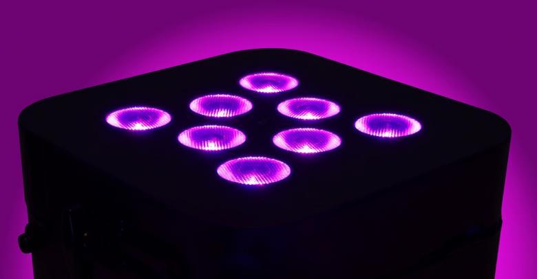 BEAMZ Langaton akkukäyttöinen LED PAR-heitin.  Wi-Par 8x 3W LED Tri Color Battery 2.4GHz DMX. Kahdeksalla 3W Tri-color LED:llä varustettu RGB BAR-heitin soveltuu useaan eri tarkoitukseen. TÄYSIN LANGATON TOIMINTA mahdollista mukana tulevien 2,4 GHz lähetin-vastaanottimen, akun ja IR-kauko-ohjaimen ansiosta. Laite toimii 3:lla tai 4:llä DMX kanavalla joiden lisäksi se on varustettu usealla