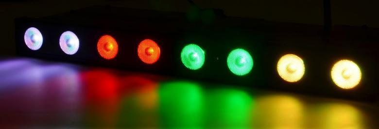 BEAMZ Langaton DMX LED-tanko, Wi-Bar 8x 3W LED Tri Color Battery 2.4GHz DMX. Tässä DMX LED tangossa on kahdeksan 3W Tri-color LEDiä ja se on suunniteltu moniin käyttötarkoituksiin. TÄYSIN LANGATON TOIMINTA mukana tulevan akun, 2,4GHz lähetin-vastaanottimen sekä IR-kaukosäätimen avulla. Laitteessa on mahdollisuus kiinteille ja sekoitettaville väreille, himmennykseen ja strobotukseen. 23 sisäänrakennettua ohjelmaa ja useat käyttömoodit säädettävällä nopeudella mahdollistavat tämän laitteen käytön hämmästyttäviin ja värikkäisiin valoshowhin.