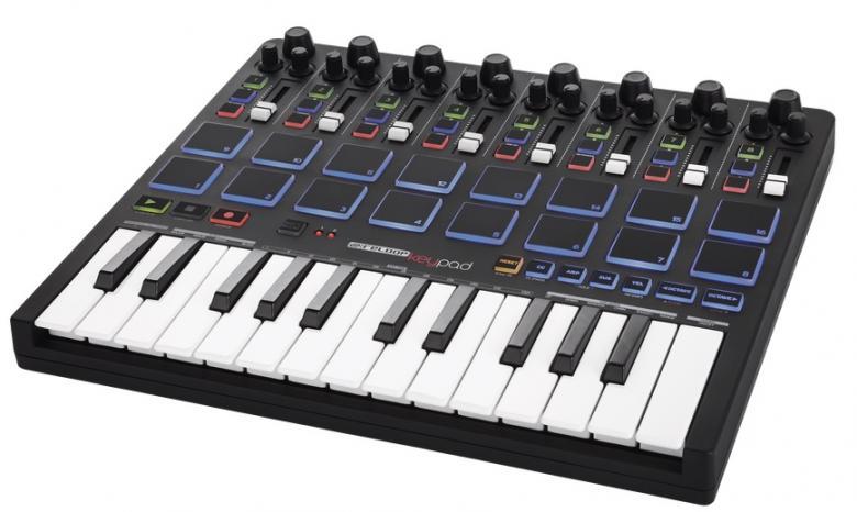 RELOOP KEYPAD MIDI DAW-ohjain kontrolleri rumpupadeilla. RELOOP KEYPAD. Reloop  Keypad yhdistää useita hyödyllisiä kontrolli-ominaisuuksia nyky-aikaisesta musiikin tuotannosta samaan tiiviiseen ja monipuoliseen DAW-ohjaimeen. Keypad on suunnattu etenkin musiikin tuottajille ja esiintyjille jotka käyttävät Abletonia.  Täysin uusi