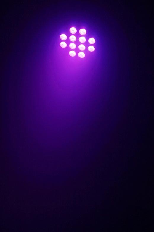 BEAMZ DMX LED PAR 64 Spotti RGBW väreillä LED PAR 64 Can 12x 10W Alu Quad IR DMX. Tässä 7-kanavaisessa DMX valoefektissä on 12x10W LEDiä ja se on rakennettu PAR 64 valonheittimen runkoon. Quad color-teknologian ansiosta tässä valossa on kaksitoista 4-in-1 LED moduulia, joten sinulla on mahdollisuus RGBW värisekoittamiseen! Valo on erikoisesti suunniteltu rikastamaan pesu-mahdollisuuksia ja takaamaan valon parempi levitys. Esi-ohjelmoiduilla efekteillä ja strobo/himmennys-toiminnolla voit luoda hämmästyttävän valoshown. Laite on ketjutettavissa ja mukana tulee IR-kauko-ohjain.