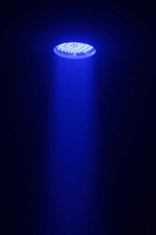BEAMZ LED PAR 64 Spotti IR ohjaimella 176kpl 10mmRGB DMX. 6-Kanavainen DMX valo-efekti PAR 64-kuorissa.176 lediä jaettuna punaisiin, vihreisiin, sinisiin, joten pystyt sekoittamaan minkä tahansa 256 värin sävystä jonka haluat. Varustettu esi-ohjelmoiduilla efekteillä. Kauko- ja DMX-ohjattavaa LED  voit käyttää monissa eri käyttötarkoituksissa, kuten tunnelman luomisessa, stageilla, discossa, kotona sekä julkisissa tiloissa. Laitteessa on sisäänrakennettu mikrofoni, joka tunnistaa  musiikin. Mitat 220 x 220 x 325mm  sekä paino 2.8kg.