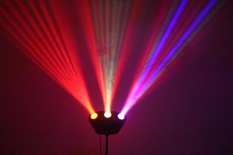 POISTO BEAMZ DMX LED valo-efekti Trix 3-Way 192 LEDs DMX Display. Varustettuna 192:lla RGB LEDllä the Trix on höyhenenkevyt 5-kanavainen DMX valoefekti joka heijastaa kuvioita ilman liikkuvia osia. Kirkkaat linssit tarjoavat vaikuttavan ilmavia efektejä ja teräviä valosäteitä, peittäen laajan alueen. Automatiset ja ääni-aktivoidut ohjelmat voidaan helposti käynnistää DMX:llä, stand-alone moodissa tai antaa esi-ohjelmoitujen efektien tehdä työtään. Laite voidaan linkittää Master/slave moodiin.