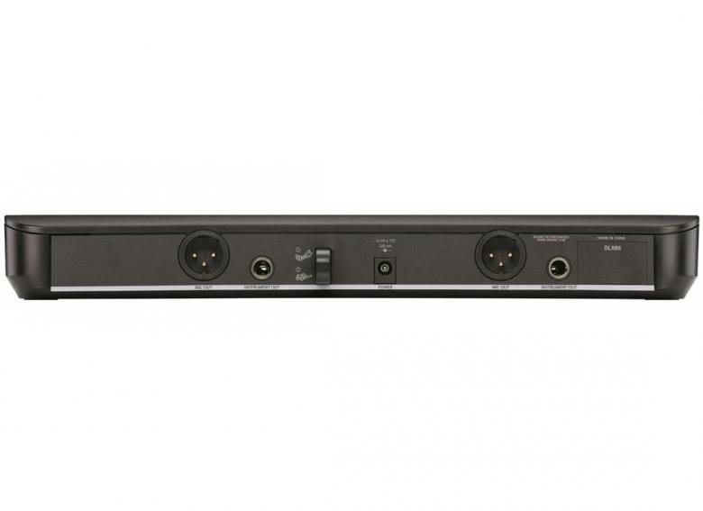 SHURE BLX288E/SM58 langaton Vocal käsimikrofoni järjestelmä, 2xKäsimikrofoni + Tupla-vastaanotin. Vapaat taajuusalueet! 12- taajuuttaa, vaihdettavissa suoraan lähettimestä ja vastaanottimesta. Nyt se on täällä, Shuren budjettiluokan langaton uutuus järjestelmä. Nerokkuudessaan ja käytön helppoudessaan vertaistaan on turha hakea. SM-tuotelinjaan pohjautuvien langattomien myötä Shure-äänenlaatu on jokaisen tavoitettavissa. Analoginen lähetystekniikka ja SM-sarjasta tutut kapselit tarjoavat huokean vaihtoehdon, joka on valmis käytettäväksi heti paristot asennettuasi. 12 yhteensopivaa taajuutta per ryhmä. Ryhmän ja kanavan skannaus helpottaa käyttöönottoa. AA-paristoilla toimivat lähettimet tarjoavat jopa 14 tunnin käyttöajan ja 100 metrin käyttösäteen (näkölinjassa). 3 vaihtoehtoista diversiteetti-vastaanotinta.