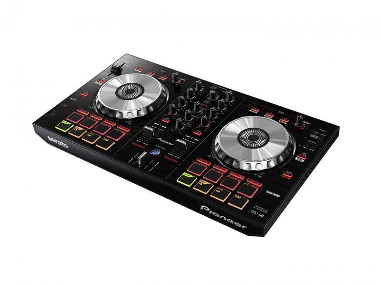 PIONEER DDJ-SB DJ-kontrolleri musta on kahden soittimen ja mikserin sekoitus tarkoittaa, että DJ ei tarvitse työhönsä mitään muuta kuin tämän laitteen. Voit toistaa langattomasti raitoja ja musiikkia, joka on tallennettu kannettavan laitteesi rekordboxiin. Paina sync-painiketta synkronoidaksesi musiikin tai miksaa automaattisesti valmistelemiasi rekordbox-soittolistoja. JOG-ohjainten ja efektien yhdistelmä mahdollistaa useanlaiset järjestelyt ja miksaukset musiikkilähteitä ja sisään rakennettuja äänilähteitä käyttämällä. Äänen prosessointia varten tarvittavat soitin- ja mikserilohkot on valmistettu yhtenä täydellisenä digitaalisesti prosessoivana siruna. Tämä minimoi synkronointivirheet ja saa aikaan erinomaisen, puhtaan äänen.Mukana Serato DJ intro! Mitat 487,0 x 271,2 x 58,5 mm paino 2,1kg.DDJSB.