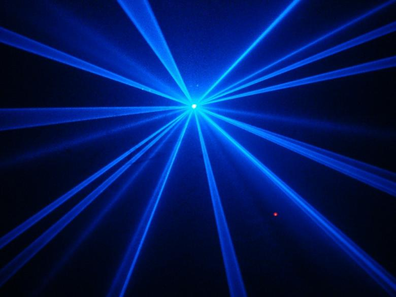 BEAMZ Prospero Laservaloefekti sininen 150mW DMX ohjattava. Prospero on varustettu 150mW 447nm sinisellä Laser diodilla, jolla hämmästyttäviä efektejä voidaan tuottaa. Kiitos
