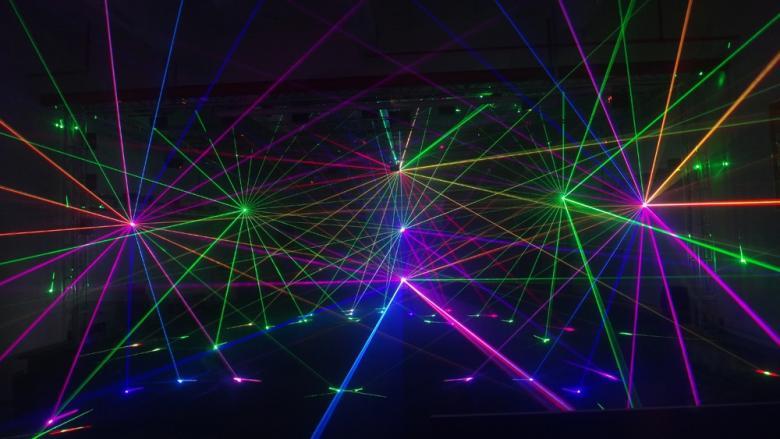 BEAMZ Neso 1,5W RGB Pro Laser valoefekti DMX. ILDA (International Laser Display Association) DMX-ohjattu laser joka luo hämmästyttäviä efektejä ja animoituja kuvia käyttäen RGB värejä. Toisto on tasainen ja täydellinen. Yhdenmukaisuus saavutetaan käyttämällä 25kHz korkeanopeuksista optista skanneria. Käyttömoodit ovat Automaattinen, ääniohjattu, Master-Slave ja kahdentoista kanavan DMX. Mukana myös X- ja Y-akseleiden kääntökytkimet. LCD-paneeli toimintojen näyttöä varten. Yhdistettynä Beamz-savukoneeseen tuote näyttää vielä paremmalta! Mitat:302 x 302 x 260mm Paino:5.5kg
