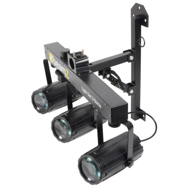 BEAMZ 3-Some valosetti 3x 57 RGBW LEDeillä. Kolmen valon kimppa! Tässä 3-Some valo-efektissä on 3 LED sädekimppuefektiä jotka on helppo asentaa mukana tulevaan T-tankoon. Kaikki 3 laitetta voidaan suunnata erikseen ja niitä ohjataan, muaiikin herkkyyden sekä ohjelmien mukaan(sisään rakennettuja). Jokaisessa spotissa on 57 RGB LEDiä suurella valontuotolla ja ne pystyvät tuottamaan hienoja kuvioita. Helpon käytön takaamiseksi laitteet toimivat myös sisäisillä ohjelmilla tai ääni-ohjattuina. T- Bar sopii BEAMZ-valostandeihin joten 3-some on täydellinen ratkaisu millä tahansa keikkareissulla. Virtalähde: 220-240Vac / 50Hz, Mitat: 838 x 89 x 318mm, Paino: 5,7kg (per unit)
