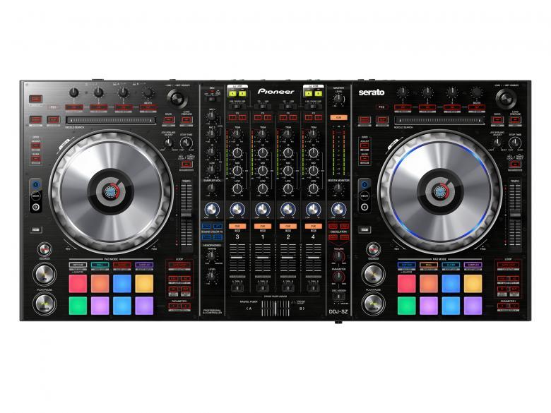 PIONEER DDJ-SZ Kontrolleri on 4-kanavainen Serato DJ -ohjain. Markkinajohtaja(t) näyttää mitä vuosien kumuloituneella tiedolla ammattimaisista DJ-laitteista oikein saadaan aikaan. DDJ-SZ on DJ-kontrolleri joka tarjoaa samanlaisen käytettävyyden kuin Pioneerin ammattilais DJ-laitteissa. Softan reaktionopeus jog wheelien toimintaan markkinoiden parhain. Mikserissä samat toiminnot ja sijoittelu kuin suositussa DJM-sarjassa, liittimiä myöten! Kaksi master-ulostuloa (XLR ja RCA) ja yksi booth-ulostulo (XLR). Sisäänrakennettuna kaksi äänikorttia. Suuret kumiset