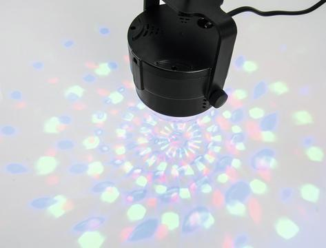 EUROLITE LED BC-3 Hauska valoefekti, bileisiin, kotiin tai vaikkapa näyteikkunaan! Tämä laite toimii LED teknologialla, eli polttimoita ei tarvitse vaihtaa vaan alkuperäinen lamppu kestää ja kestää ja kestää.. automaattiohjattu, eli laite itsessään tekee liikkeen. Laite on suoraan käyttövalmis paketista otettaessa. Mitat (PxLxK): 88 x 88 x 93 mm Paino: 0.2 kg