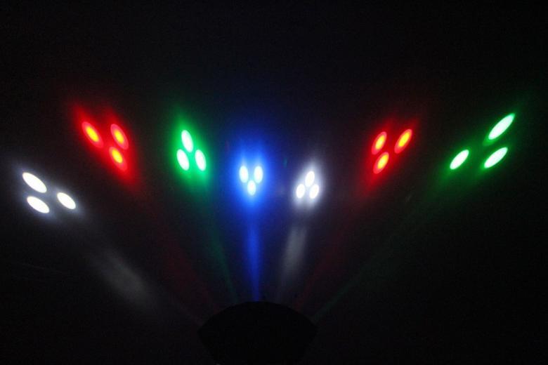 BEAMZ 7-linssinen LED-valoefekti RGBW LEDs. Kevyt 7 linssin sädekimppu LED-efekti joka tuottaa suuren määrän säteitä jotka täyttävät keskikokoisesta suureen tanssilattian tai katon. Laite käyttää 21x 4 RGBW LEDiä jotka ovat pitkä-ikäisiä ja toimivat ääni-aktivoidusti tai automaattisesti ennakko-ohjelmoinnin mukaan. Kiitos alhaisen virrankulutuksen efektin kuoret ovat edelleen kylmät pitkänkin käytön jälkeen ja siten helppoja kuljettaa esityksen jälkeen. Mitat 505 x 280 x 145mm Paino 2.8kg