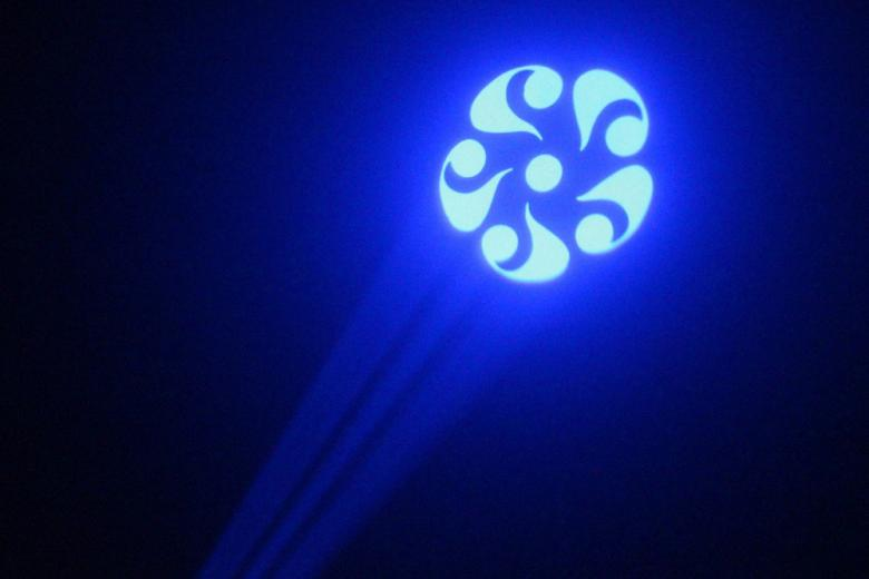 BEAMZ LED Wildflower Scanner valo 10W RGBW. Skannaava LED-efekti. Tämä LED valokukka luo välkkyvän valoshown ihan itsekseen. Laita vain virtajohto pistokkeeseen niin tulet hämmästymään. LED Wildflowerissa on 10W RGBW LED jossa on ylivoimainen valontuotanto ja joka voi luoda tuhansia värejä. Efektiä parantaa vielä mukana oleva Gobo joka muotoilee valon näyttävästi. Ääniaktivoitu tai automaattinen moodi. LEDien määrä 1 x 10W RGBW, Virtalähde 220-240Vac / 50Hz, Paino 2,3kg.