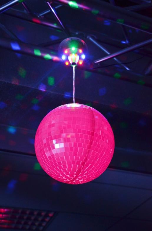BEAMZ Hohtava peilipallo ja moottori LEDeillä, LEDit pallon sisällä vaihtavat hitaasti väriä hohtaen ja värjäten koko pallon, lisäksi moottorin kahdeksan sisäänrakennettua LEDiä loistavat pallon peileihin ja luovat aidon monivärisen kahdeksankymmenluvun efektin. Paketti on helppo asentaa, kiitos integroidun ripustuskahvan. Tee huoneestasi aito disco käyttämällä tätä LED-peilipallosettiä. Kierrosta/minuutti 2, paino 2kg