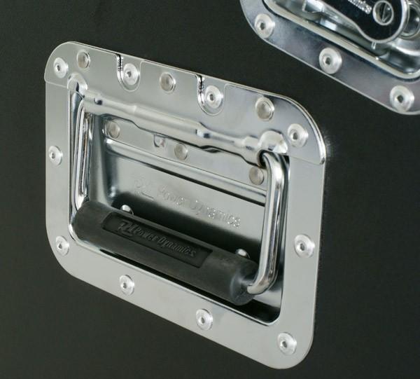 POWERDYNAMICS PD-F 4U-6U-2U DJ-comboräkki on Ammattimainen kuljetuslaatikko joka on suunniteltu suojelemaan arvokkaita laitteitasi kuljetuksen aikana. Laatikko on tehty vankasta laminoidusta vanerista, taittuvat kantokahvat, perhos-lukot. Mitat 525 x 552 x 474mm sekä paino 13kg.