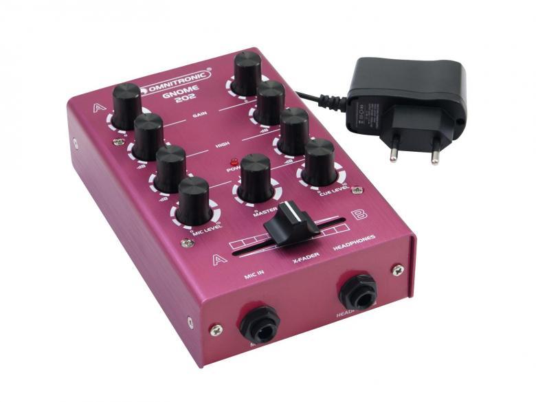 OMNITRONIC GNOME-202 Mini mixer - Punainen pikkumikseri. 2x RCA-stereo sisään, 2x RCA-stereo ulos, crossfader, kanavakohtainen gain ja EQ, mikki- ja kuulokeliitännät. Kaikki pienessä ja kompaktissa paketissa jolla painoa kokonaista 500g sekä mitat vain 165 x 100 x 60 mm.