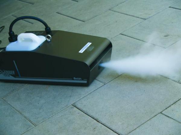 ANTARI X-510 with DMX controller X-20, erittäin korkeatasoinen sekä tehokas 1000W savukone, jatkuva savun tuotto, keskisuuriin tiloihin LCD-kauko-ohjaimella. savun tuotto 350 m³/min sekä paino 13kg.