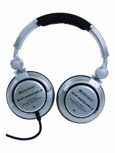 OMNITRONIC SHP-2000 MK 2 DJ-kuulokkeet on hyvä valinta harrastekäyttöön, mukavasti istuva, suljettu dynaaminen kuuloke. Upea soundi voimakkaalla bassotoistolla, läpikuultavalla keskialueella sekä kirkkaalla yläalueella. Kestää sääröytymättä myös suurilla äänenvoimakkuuksilla. Optimoitu käyttömukavuus, toispuoleinen kaapeli. Ylisuuret pehmusteet pitävät ylimääräiset äänet ulkona.