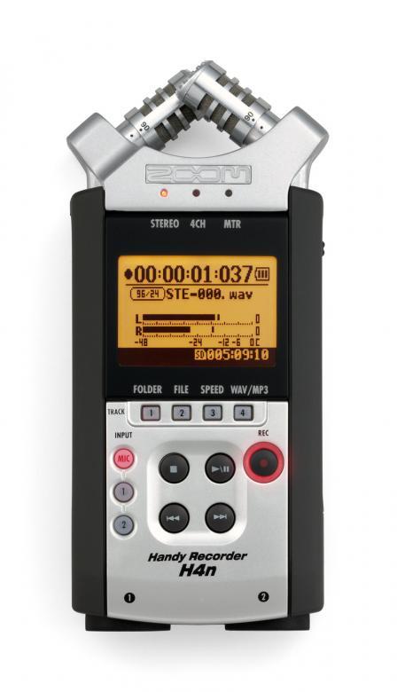 ZOOM H4NSP Kämmenkokoinen tallennin, äänittävä MP3 soitin ja audiointerface samassa paketissa. H4NSP sisältää perusversion tavoin kaksi sisäistä mikrofonia (nyt säädettävissä 90 tai 120 asteen kulmaan) ja XLR-combo-liitännän phantom-virtasyötöllä. Äänen tallennus tapahtuu SD-muistikorteille wav- tai mp3-tiedostoina. Laitteeseen voi hankkia kortin aina 32 gigaan asti. EI SISÄLLÄ MUISTIKORTTIA!!!