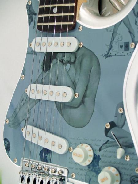 DIMAVERY St-203 Sähkökitara, E-Guitar silver/grey erikoiskuvio väritys, Uusia värejä ja lankun kuviointeja Dimaveryn Stratocaster-malleissa. Erinomainen kitara aloittelijoille, kuin jo vähän pitemmällekin ehtineille soittajille!