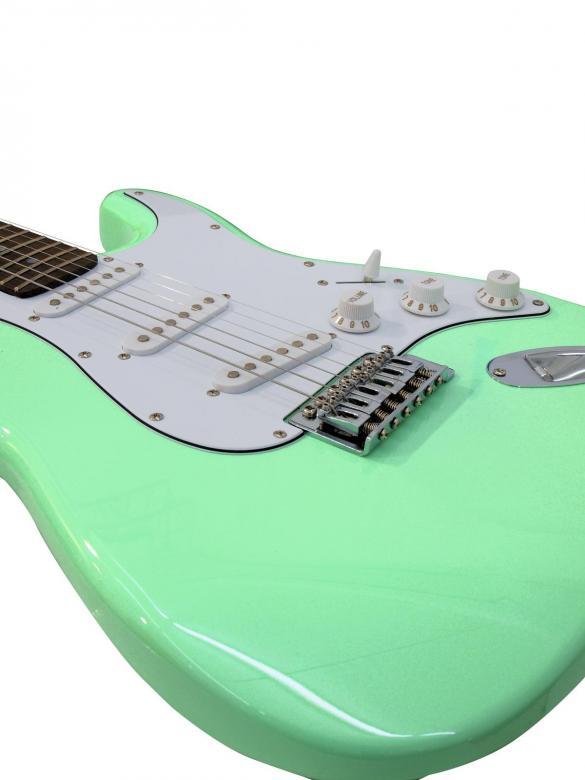 DIMAVERY ST-203 Sähkökitara minttu. Uusia värejä ja lankun kuviointeja Dimaveryn Stratocaster-malleissa. Erinomainen kitara aloittelijoille, kuin myös jo vähän pitemmällekin ehtineille soittajille. Tarvitset vain litaravahvistimen tai USB-interfacen aloittaaksesi soittamisen. Loistava viimeistely sekä maalipinta joka hakee vertaistaan hintaluokassaan! Tuotepaketi sisältää kitaran, plektran ja kaapelin vahvistinta varten sekä varakielet.