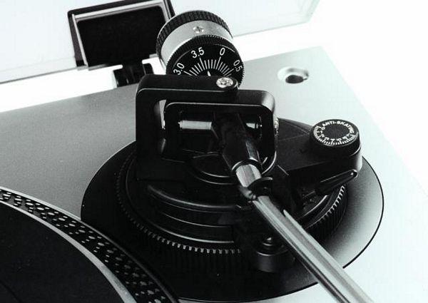 OMNITRONIC BD-1550 Hihnavetoinen levysoitin, väri hopea. Laadukas levysoitin pölysuojalla, erittäin jämäkkä, mitat 450 x 352 x 148 mm sekä paino 10kg.