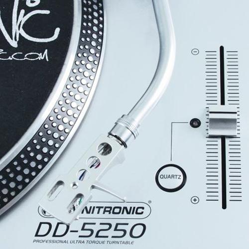 OMNITRONIC DD-5250 Suoraveto DJ-levysoitin Hopea, markkinoiden nopeimpia levysoittimia! Kolme nopeutta 33 1/3, 45 and 78 RPM. Taaksepäin soitto. Äänivarren korkeuden säätö. Nopeudensäätö Pitch ± 10 % to ± 20 % and ± 50%. Start sekä Pysäytysnopeus erikseen säädettävissä. Anti Skating säätö.<br /> Tuote toimitetaan ilman Äänirasiaa!