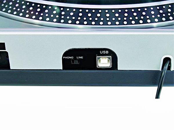 OMNITRONIC DD-2550 Hopea USB Levysoitin nopeudensäädöllä, Direct-drive DJ-turntable, silver, Väri Hopea. erittäin tukeva soitin 11 kg. Tällä soittimella saat helposti siirrettyä vanhat vinylit digitaaliseen muotoon tietokoneellesi sekä siitä vaikka CD levylle tai MP3 soittimeesi.  - Koti sekä ammattikäyttöön soveltuva suoravetoinen soitin - Mukana rasia sekä neula - Kytkettävissä tietokoneeseen XP/ MAC OS - Mukana softa äänitykseen sekä editointiin - 33 sekä 45 kierrosta minuutissa - Nopeudensäätö +/- 10% - Jämäkkä rakenne, paino 11 kg - Muunna vanhat vinyylit mp3 tiedostoiksi - Voidaan kytke Phono tai Line liitäntään